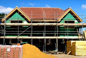 Um auch unerwartete Kosten wie beispielsweise Reparaturen im Haus bezahlen zu können, sollte man die monatlichen Rückzahlungsraten immer so kalkulieren, dass man einen Geldpuffer für solche Fälle aufbauen kann.