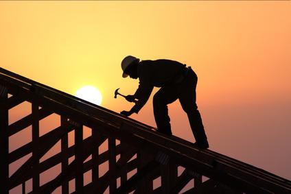 Die Wahl zwischen den unterschiedlichsten Finanzierungsmöglichkeiten für das neue Zuhauses ist groß, unterschiedliche Wege führen zum eigenen Dach