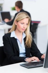 Für angehende Juristen bieten sich viele Softwarelösungen zum Studieren an.